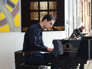Pianist en kerkorganist Johan Meijer verzorgde een muzikaal intermezzo, waarbij hij het Wilhelmus, Psalm 27 en Opus 18 (voor piano en harmonium) van César Franck verwerkte tot één compositie